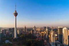 Menara Kuala Lumpur wierza z zmierzchu niebem Widok z lotu ptaka Kuala Lumpur śródmieście, Malezja Pieniężny okręg i centra bizne zdjęcia royalty free