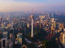 Menara Kuala Lumpur wierza z zmierzchu niebem Widok z lotu ptaka Kuala Lumpur śródmieście, Malezja Pieniężny okręg i centra bizne zdjęcia stock