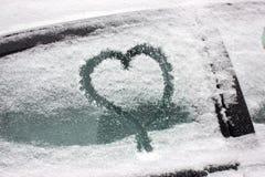 Menbild med snö på fönstret Vintermålning för de romantiska paren Överraskning för maken eller frun Avslappnande hobby fotografering för bildbyråer