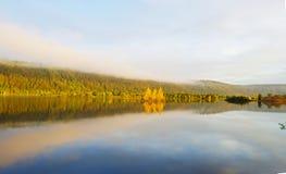 Menchia chmurnieje nad jesień lasem Obrazy Royalty Free