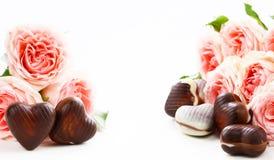 Menchia kwiaty i czekoladowego cukierku serca Obrazy Stock