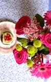 Menchia kwiaty i pistacjowy słodka bułeczka Fotografia Royalty Free
