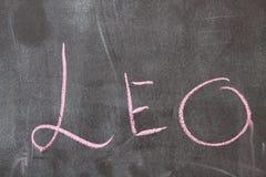 Menchia listy na ciemnym tle Rozbebeszający przygotowania różny sklejony pisać z kredowymi listami abecadło Colour podnoszący Zdjęcie Royalty Free