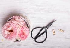 Menchia nożyce na białym drewnianym stole i kwiaty obrazy royalty free