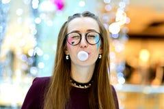 Menchie: Dziewczyna Dmucha Dużego bąbel z Copyspace fotografia stock