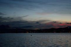 Menchie i kolorowy jutrzenkowy niebo nad tromsoe miasta wyspą z odbiciem na błękitnym fjord Zdjęcie Royalty Free