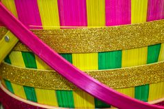 Menchie, kolor żółty, zieleń i złocista błyskotliwość brogowali Wielkanocnego koszykowego tło - selekcyjna ostrość zdjęcia royalty free