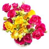 Menchii i koloru żółtego róży kiści kwiaty w dzbanku Zdjęcia Royalty Free