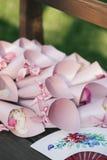 Menchii koperty, papierowe torby różani płatki i Chiński fan, Obraz Stock