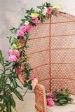 Menchii róża na krześle obraz stock