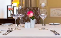 Menchii róża w wazie jako stołowa dekoracja Zgłasza położenie obraz stock