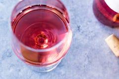 Menchii róży rumiena wino w szkle Zdjęcia Stock