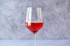 Menchii róży rumiena wino w szkle Obrazy Stock