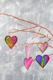 Menchii serca wieszają na gałąź na szarość betonu tle odosobnionego loga miłości przedmiota znaka drzewny warianta wektor Pojęcie Obrazy Royalty Free