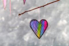 Menchii serca wieszają na gałąź na szarość betonu tle odosobnionego loga miłości przedmiota znaka drzewny warianta wektor Pojęcie Obraz Stock