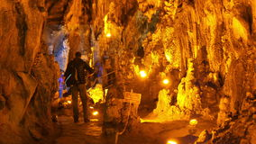 MENCILIS-HÖHLE, SAFRANBOLU, DIE TÜRKEI - APRIL 2015: touristischer Gruppenreisestalaktit