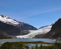 Mendenhall冰川被观看在湖 库存照片