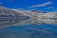 Mendenhall glaciär fryst sjö royaltyfria bilder