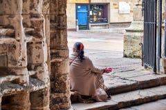 Mendiant à la porte de la cathédrale du San Salvador à Oviedo, Espagne photos libres de droits
