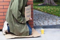Mendiant demandant l'argent et la nourriture photographie stock libre de droits