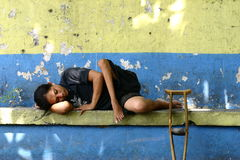 Mendiant estropié de repos Image stock