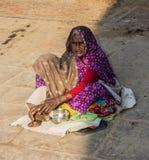Mendiant sur les ghats de Varanasi Image libre de droits
