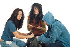 Mendiants tristes recherchant en ordures Images libres de droits