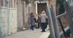Mendicante africano sulla via di Venezia video d archivio