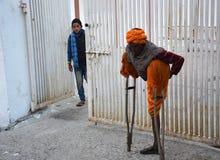 Mendicante che ostacola il tempio del badrinath fotografie stock