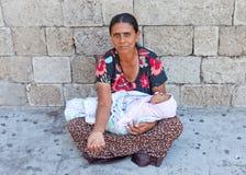 Mendicante del bambino e della madre, nelle vie di Atene, la Grecia fotografia stock