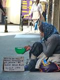 Mendicante nella città di Belgrado fotografia stock libera da diritti