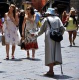 Mendicante sulle vie di Firenze, Italia   Immagini Stock Libere da Diritti