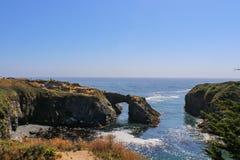 Mendicino Kalifornia Headlands widok wyrzucać na brzeg od skała łuku - selekcyjna ostrość obraz stock