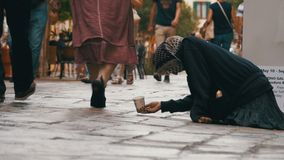 Mendigo Asks para a esmola nas ruas de Veneza, Itália video estoque
