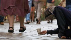 Mendigo Asks para las limosnas en las calles de Venecia, Italia almacen de video