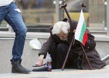 Mendigo búlgaro que toma monedas Fotografía de archivo