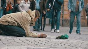 Mendigo Begging para a esmola na rua em Praga, República Checa Movimento lento video estoque