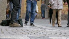 Mendigo Begging para las limosnas en la calle en Praga, República Checa Cámara lenta almacen de video