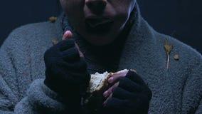 Mendigo codicioso que come el problema del pan, de la pobreza y del hambre, hambre mundial metrajes