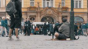 Mendigo com o cão que implora pela esmola na rua em Praga, República Checa vídeos de arquivo