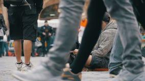 Mendigo com o cão que implora pela esmola na rua em Praga, República Checa Movimento lento filme