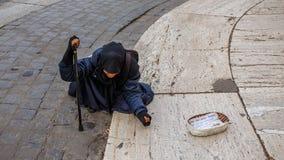 Mendigo con historia obviamente triste Foto de archivo libre de regalías