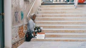 Mendigo desabrigado Grandmother Asks para a esmola nas ruas de Veneza, Itália filme
