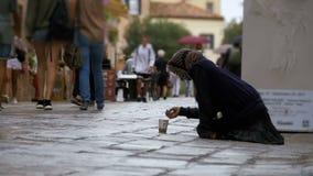 Mendigo desabrigado Grandmother Asks para a esmola nas ruas de Veneza, Itália vídeos de arquivo