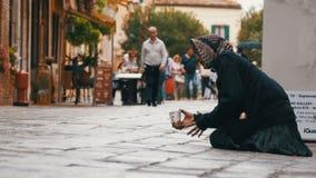 Mendigo desabrigado Grandmother Asks para a esmola nas ruas de Veneza, Itália video estoque