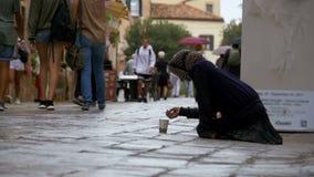 Mendigo desabrigado Grandmother que implora pela esmola nas ruas de Veneza, Itália vídeos de arquivo