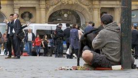 Mendigo desabrigado Man com o cão que implora pela esmola na rua em Praga, República Checa filme