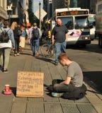 Mendigo desabrigado na rua de New York City foto de stock