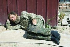 Mendigo dormido. Imagenes de archivo