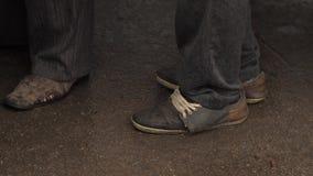 Mendigo en zapatos sucios viejos almacen de metraje de vídeo